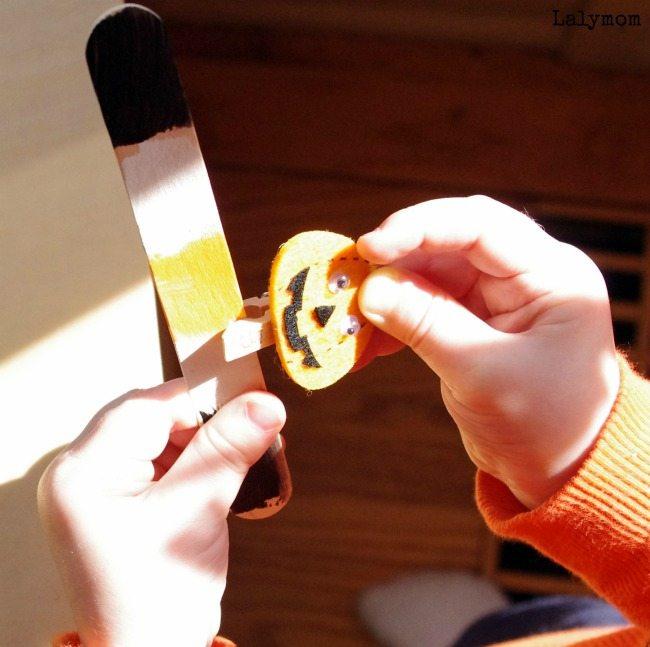 Toddler & Preschooler Halloween Fine Motor Activity- CLothespins and pattern sticks on Lalymom.com